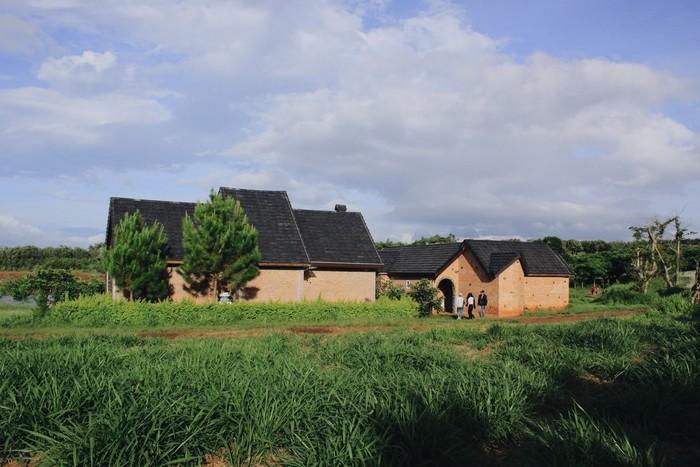 Những ngôi nhà nhỏ trên thảo nguyên xanh