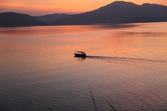 Hoàng hôn trên hồ Kẻ Gỗ - Ảnh: Anh H Phan