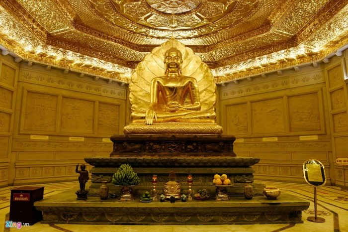 Không gian linh thiêng bên trong Bảo tháp - Ảnh: Hoàng Hà – Zing News