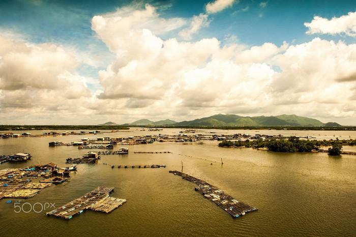 Làng bè nuôi cá- điểm đến lý tưởng của đảo hàu Long Sơn
