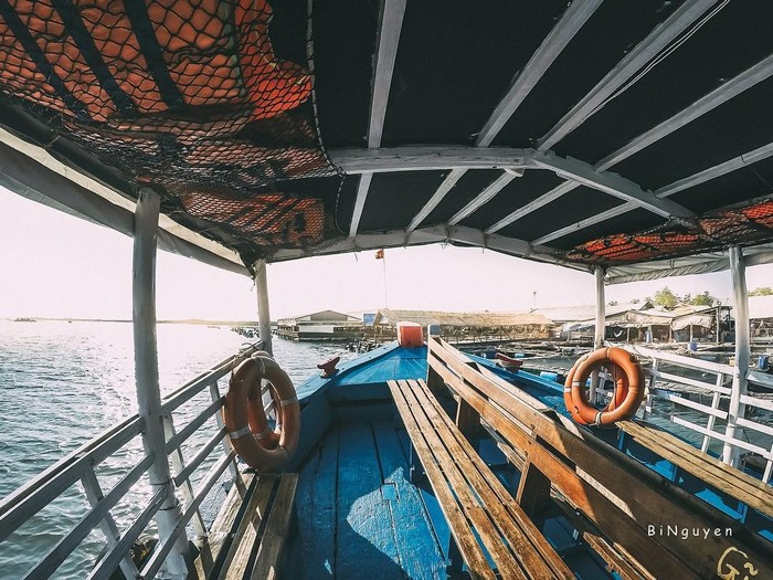 Dùng thuyền để vi vu Long Sơn