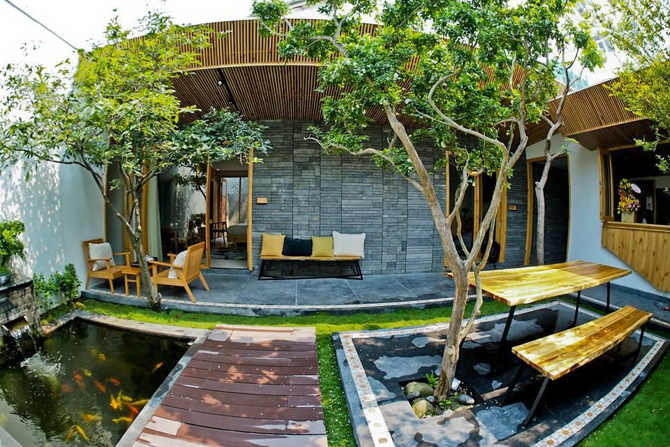 Minh House là sự kết hợp giữa lối kiến trúc độc đáo với vườn thực vật, thiên nhiên tươi mát, tạo cả cảm giác ấm áp của một ngôi nhà ngay khi bạn vừa bước vào.