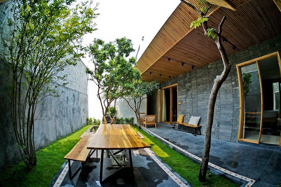 Chỉ cách bãi tắm chính Phạm Văn Đồng - Mỹ Khê khoảng 2 phút đi bộ, homestay này bao gồm nhiều căn hộ nằm sát nhau.