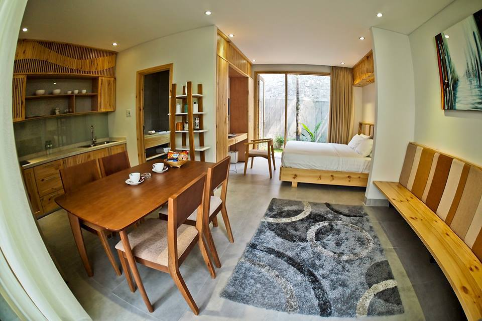 Hệ thống homestay bao gồm 5 căn hộ độc lập nằm sát nhau, mỗi căn đều có vườn riêng ở phía sau và sân vườn sinh hoạt chung ở phía trước, được trang bị đầy đủ tiện nghi cao cấp như bếp, bàn ăn, bàn ghế sofa.