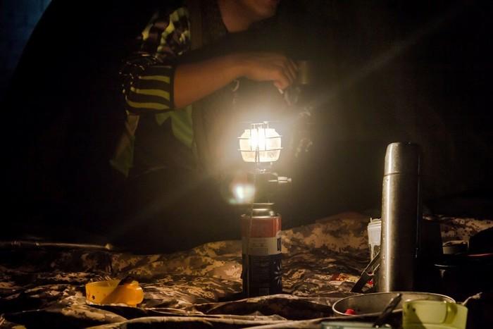 Đèn là một thứ rất cần thiết khi đi rừng đấy