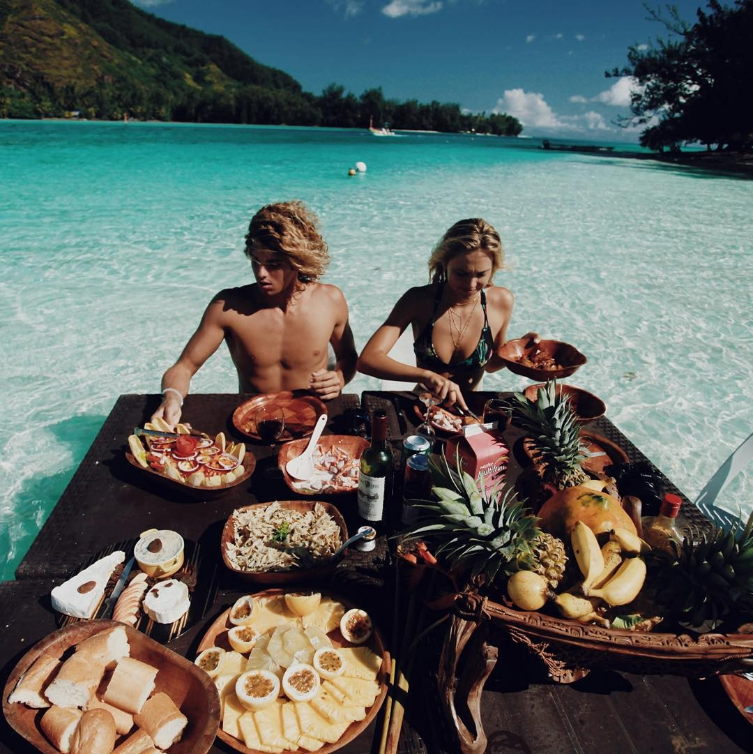 Cặp đôi thường thưởng thức những bữa ăn thật ngon ở ngay trên mặt biển