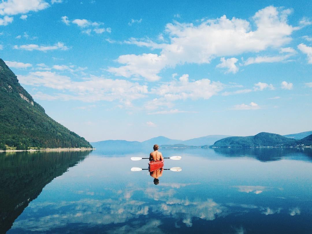 Chàng được nàng chụp khi cả hai đang cùng nhau chèo thuyền trên hồ tuyệt đẹp
