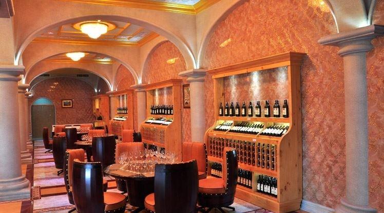 Thưởng thức rượu vang ngon tuyệt trong không gian huyền hoặc, lung linh thế này thì còn gì tuyệt vời hơn nữa