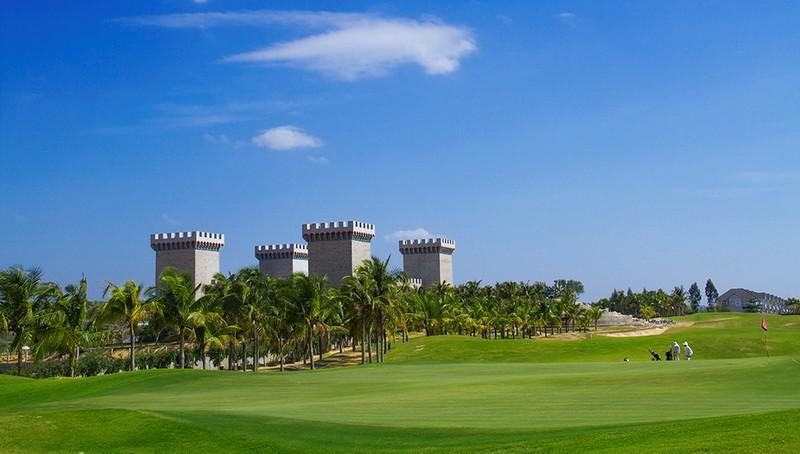 Thảm cỏ xanh mướt bên lâu đài là nơi bạn có thể chơi golf