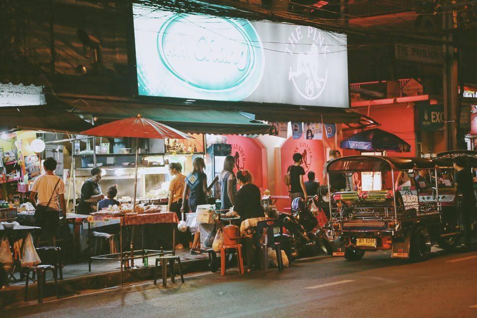 Trong vô số trải nghiệm thú vị ở Bangkok, thưởng thức ẩm thực đường phố là điều không dễ bỏ qua với bất kỳ du khách nào. Các món ăn vặt hấp dẫn có mặt trên khắp các con phố với đủ màu sắc, hương vị như mời gọi du khách.
