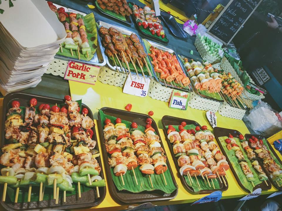Các loại xiên que nướng cũng lấy lòng du khách vì giá rẻ mà hương vị thì khó cưỡng nổi. Trung bình một xiên có giá 10 - 40 baht (7.000 - 25.000 đồng) tùy từng loại.
