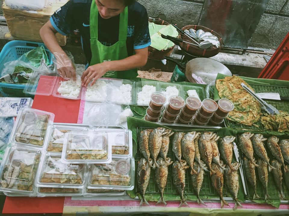 Hình ảnh những người dân Thái Lan chế biến ngay tại chỗ các món ăn luôn làm du khách hứng thú quan sát và ghi nhớ sau mỗi chuyến đi. Đặc biệt với thái độ phục vụ nhiệt tình và cởi mở, Thái Lan càng thêm ấn tượng với dân du lịch.