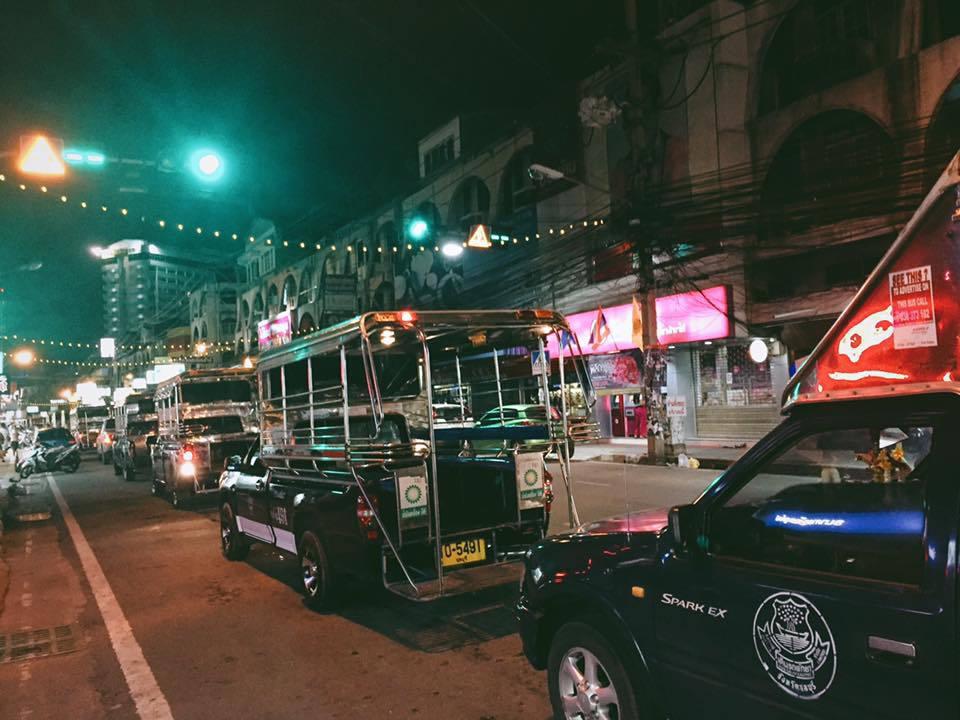 Tuk tuk là một trong những loại phương tiện di chuyển phổ biến ở Thái Lan, rất thuận tiện cho khách du lịch. Bạn dễ dàng đón tuk tuk đi đến bất cứ điểm nào. Ngồi trên xe, thưởng thức món ăn cùng với việc quan sát đời sống thường nhật của người dân Bangkok, vừa thích thú vừa không quá tốn kém.