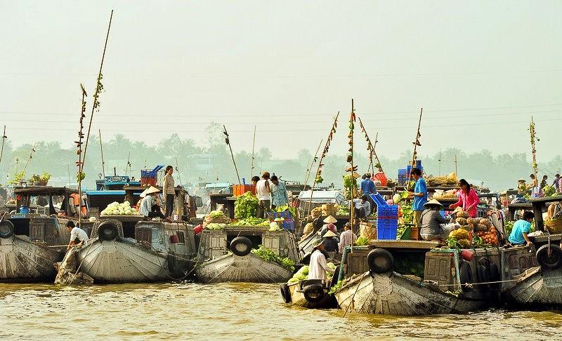 Các loại thực phẩm được treo trên cây đặt ở đầu ghe thuyền