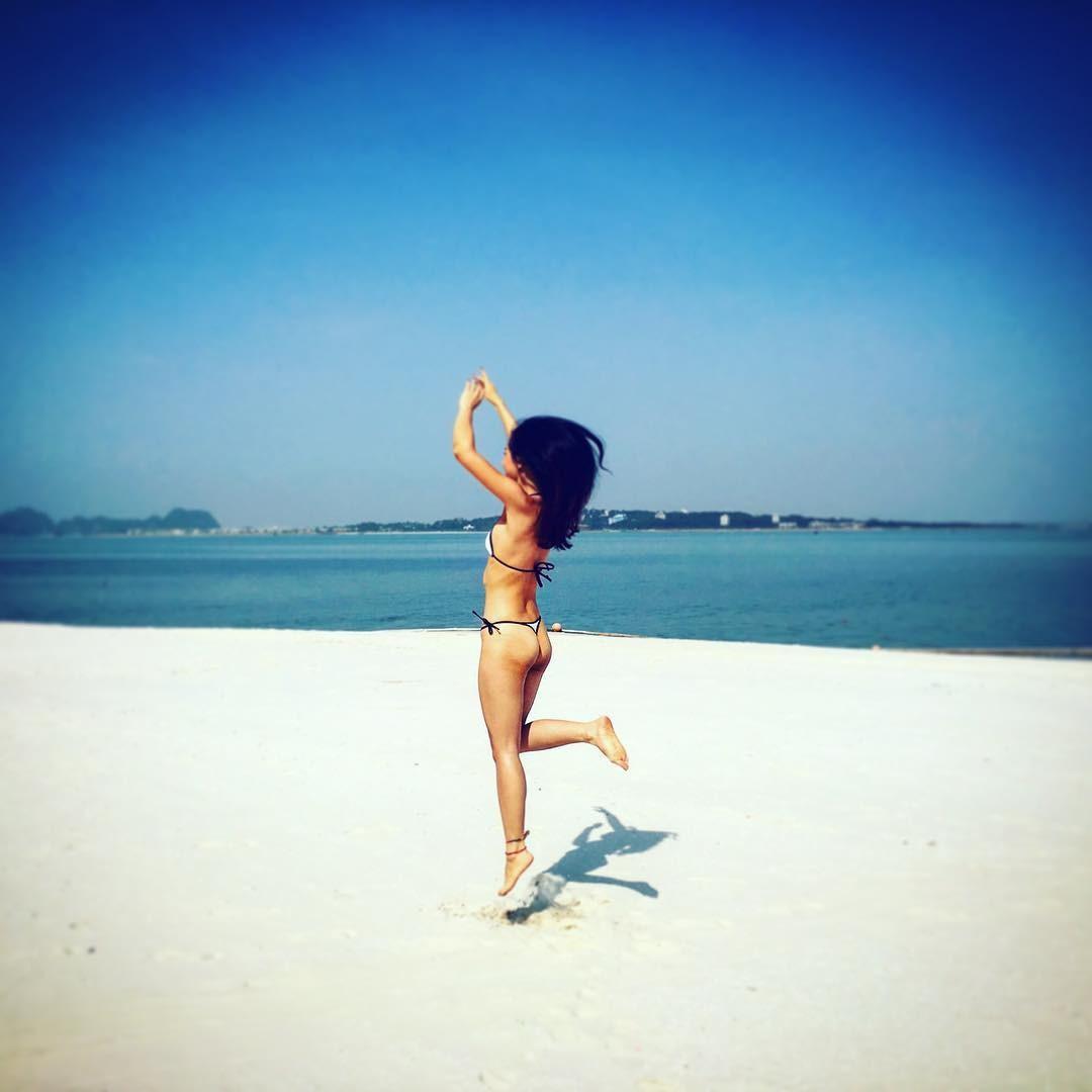 Hè mặc bikini đi biển