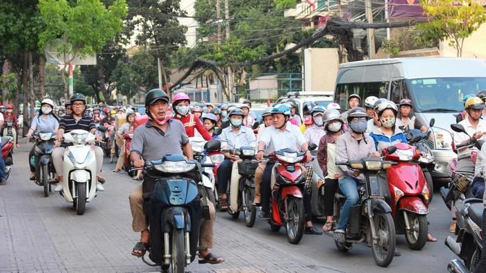 Người đi bộ trên lề đôi khi còn phải nhường đường cho xe máy