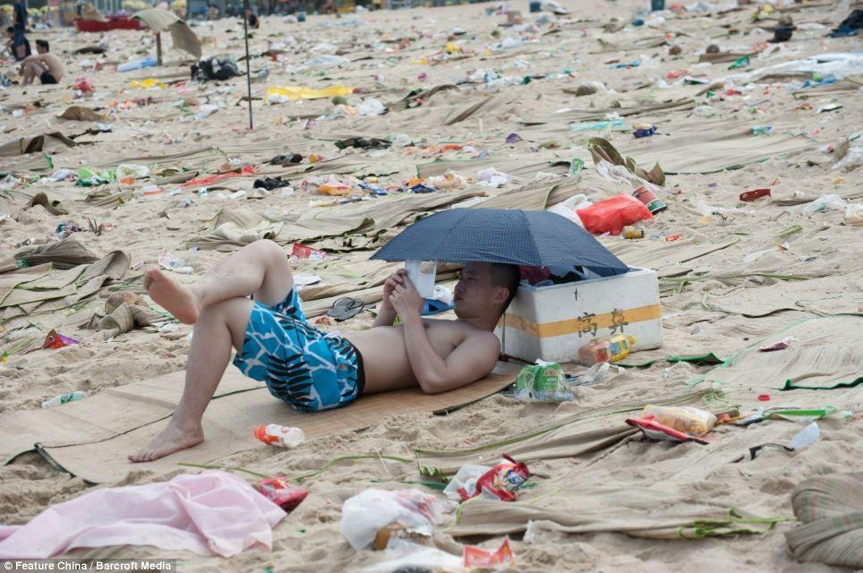 Thật sự là nhìn đâu cũng thấy rác, chơi trong rác, tắm trong rác