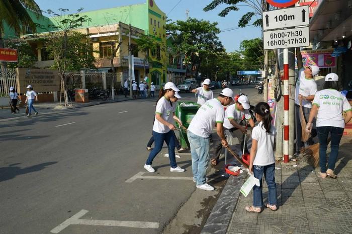 Góp tay vào công việc nhặt rác là đã phần nào giúp cải thiện cảnh quan du lịch đấy