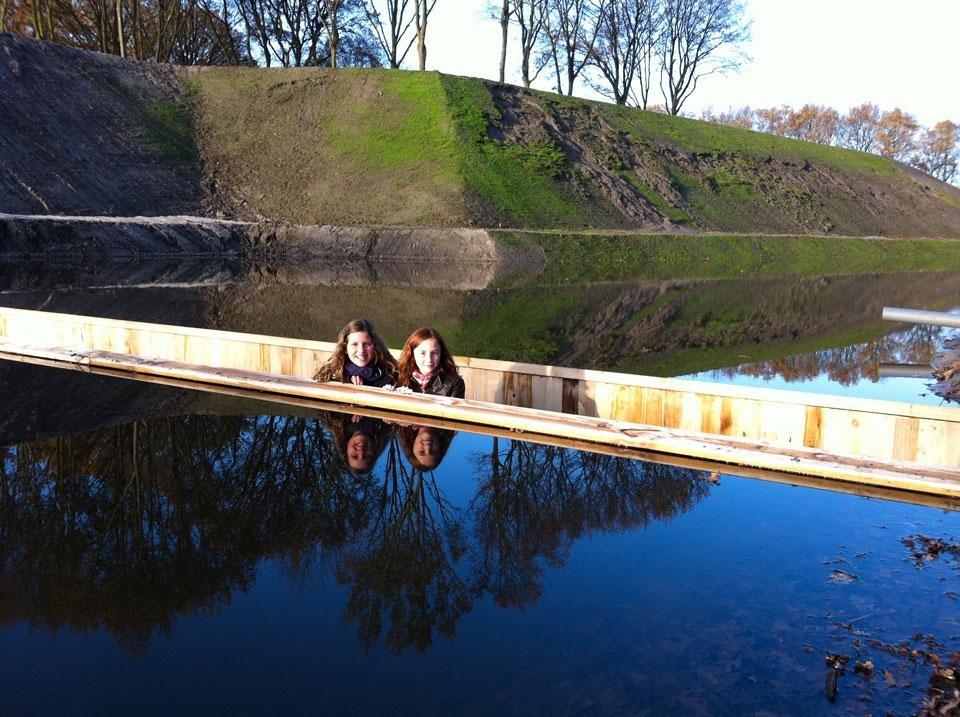 Du khách thích thú chụp hình kỷ niệm cùng cây cầu độc đáo
