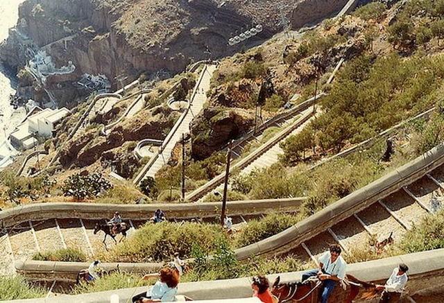 Những dải cầu thang uốn lượn một cách mềm mại ôm lấy triền núi tại tị trấn Santorini xinh đẹp