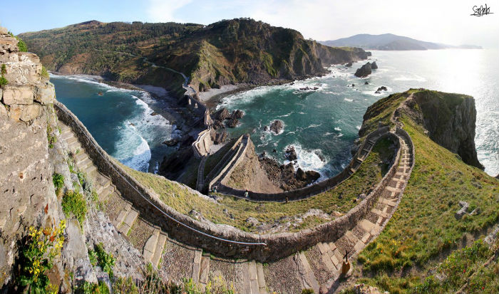 Cầu thang đá bao quanh sườn núi là công trình tuyệt vời với sự kết hợp giữa tự nhiên và nhân tạo
