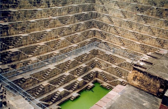 Giếng có nhiều bậc thang được xây dựng xung quanh thành cho phép mọi người có thể đi lên hoặc xuống giếng lấy nước một cách dễ dàng
