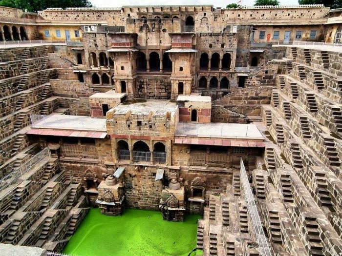 Rajasthan vốn là vùng có khí hậu khô cằn, nên giếng Chand Baori đảm nhận như một chiếc bể khổng lồ để giữ nước