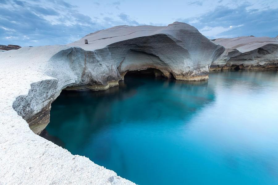 Những khối núi đá trắng phau trên nền nước xanh ngọc