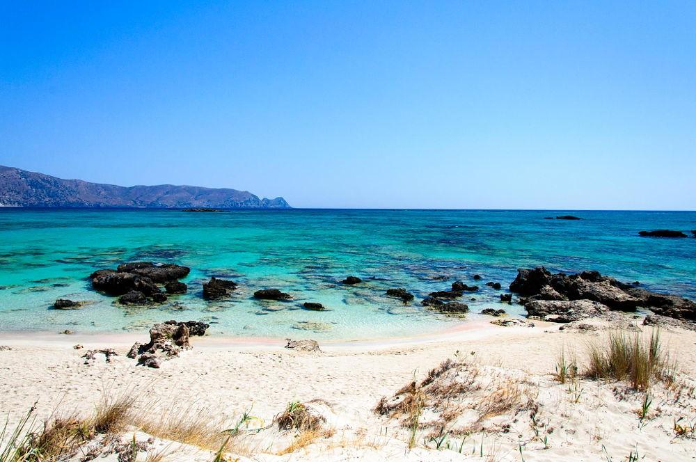 Tuy nhiên bãi biển có khá nhiều đá ngầm, du khách cần lưu ý khi bơi lội trên bờ biển