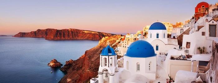 Vốn được mệnh danh là hòn đảo lãng mạn nhất thế giới bởi cảnh sắc thiên nhiên tuyệt đẹp, Santorini thu hút số lượng đông đảo các cặp đôi đến đây để cầu hôn hoặc tổ chức lễ cưới.