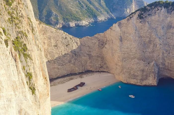 Sự cô lập của Navagio càng khiến bãi biển này trở nên quyến rũ hơn