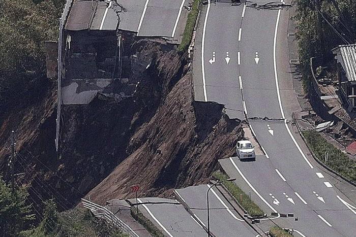 Thật nguy hiểm nếu đang đi ngoài đường lúc có động đất