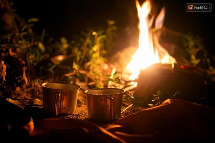 Lại dựng lều, lại nấu cơm, lại quây quần cùng nhau bên ánh lửa, lại chia sẻ cùng nhau ly trà ấm