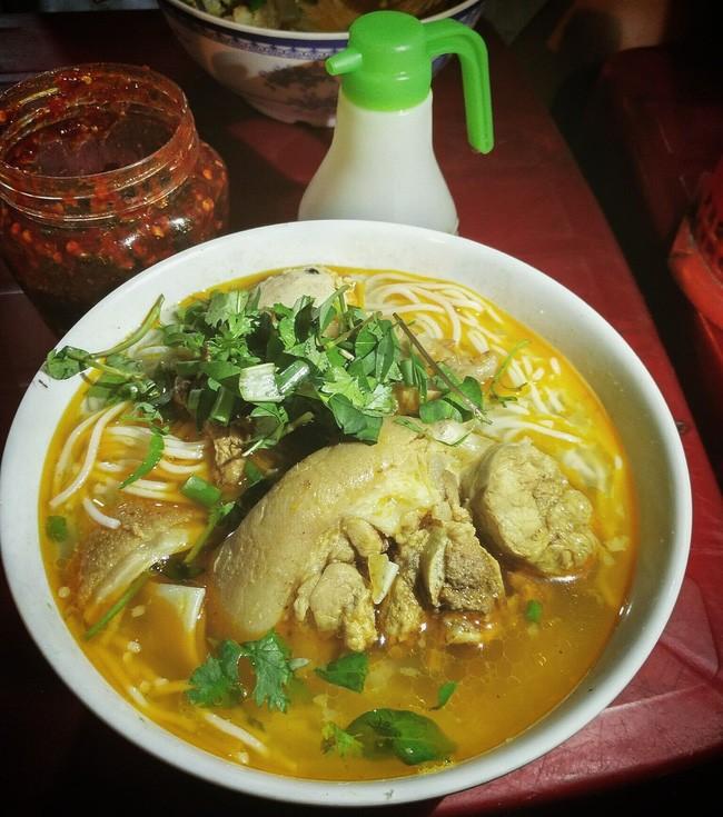 Bún bò Huế - BÚN BÒ DÌ CHUNG - Ngay khúc giao Nguyễn Văn Linh, Ông Ích Khiêm. Giá: 40.000đ