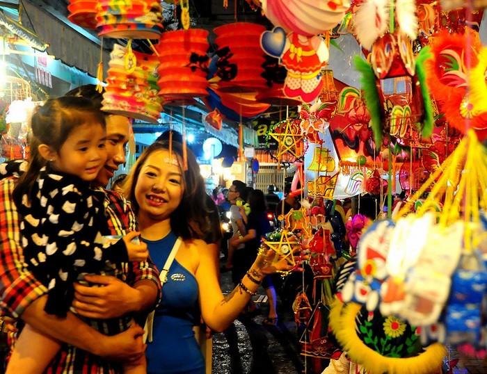 Phố lồng đèn ở Sài Gòn rực rỡ đón Trung thu