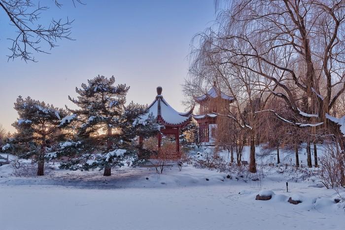 Từ tháng 11 tới tháng 4, các khu vườn ngoài trời ở Vườn bách thảo Montreal phủ đầy tuyết trắng, chỉ có khu nhà kính quanh năm mở cửa chào đón du khách đến tham quan.