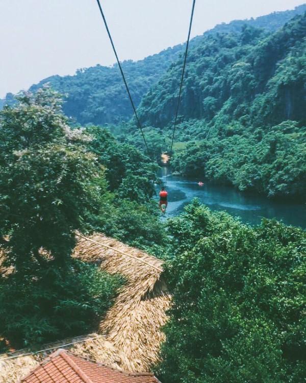 Chơi zipline qua sông