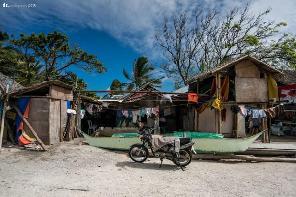 Nhà cửa đơn sơ trên đảo