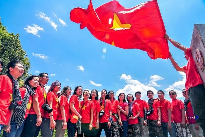 Tự hào cùng lá cờ đỏ sao vàng khi đứng ở cột mốc không số