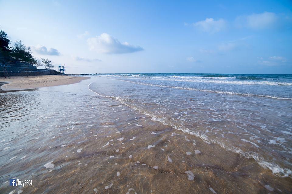 Du khách thích mê với nước biển trong vắt ở bãi Dinh Cô