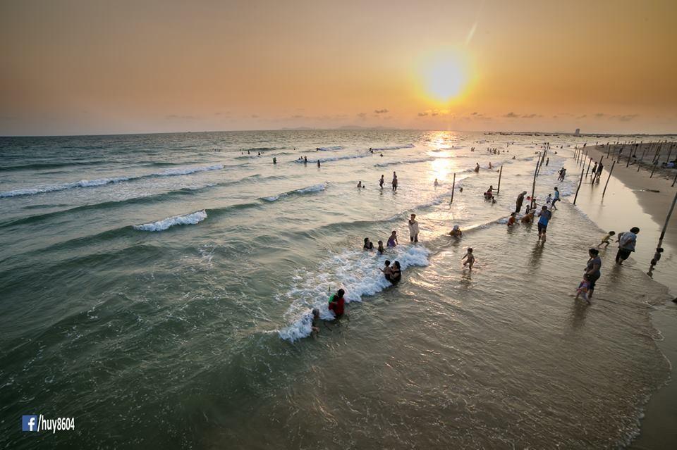 Mọi người thỏa thích tắm biển Dinh Cô trong làn nước khá sạch đẹp, mát lạnh
