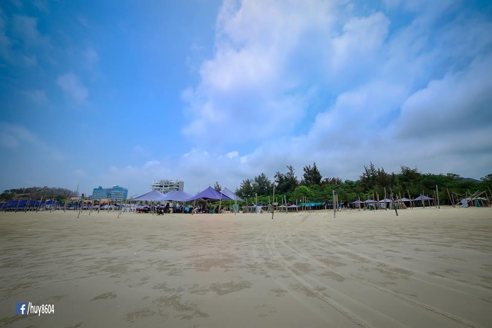 Bãi cát vàng Dinh Cô phẳng mịn thích hợp cho du khách vui chơi các hoạt động thể thao