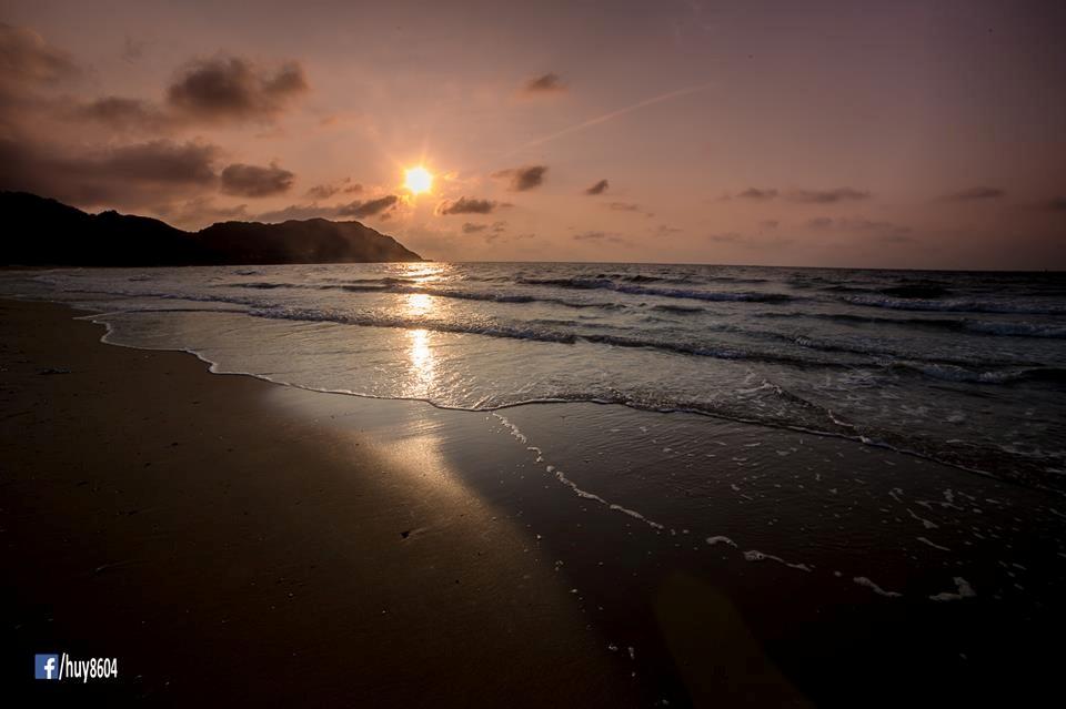 Mặt trời tỏa rực cả một góc biển trời Dinh Cô