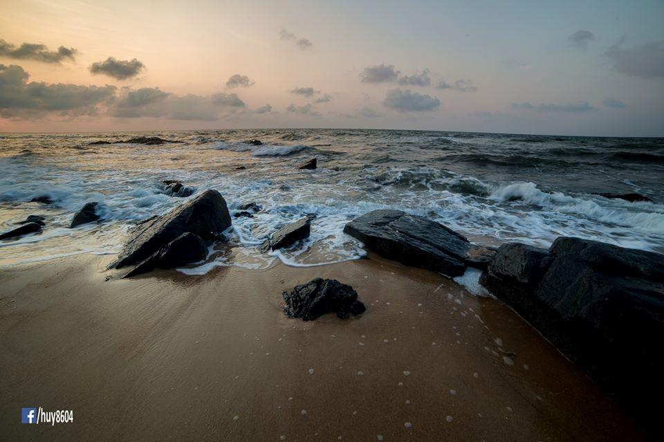 Những khối đá nằm ngổn ngang ven biển Dinh Cô