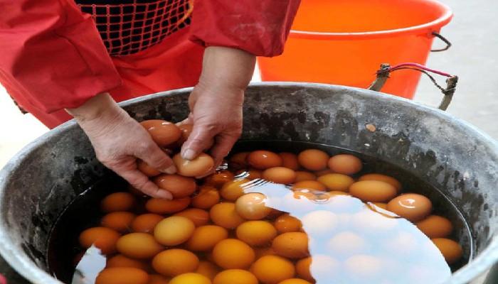 Chế biến trứng luộc nước tiểu
