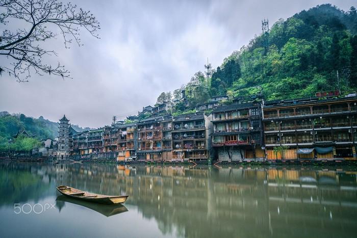 Yên bình dòng sông vắt ngang Phượng Hoàng cổ trấn