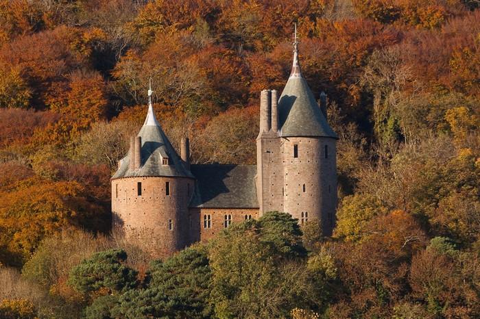 Cảnh mùa thu thơ mộng bao quanh tòa lâu đài cổ