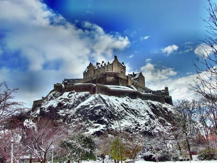 Lâu đài Edinburgh sừng sững trên ngọn đồi giữa thành phố Edinburgh hoa lệ