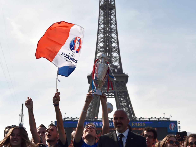 Tháp Eiffel biểu tượng nước Pháp ngập tràn sắc màu Euro