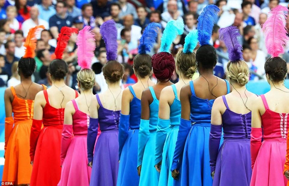 Màn đồng diễn đến từ các cô gái Pháp với trang phục rực rỡ